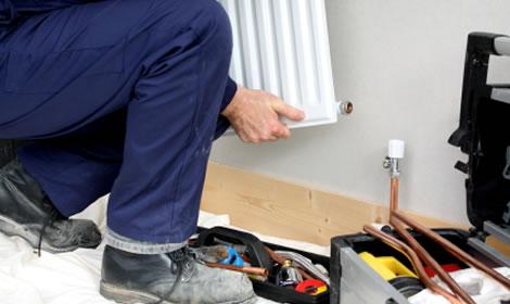 Loodgieter plaatst een radiator